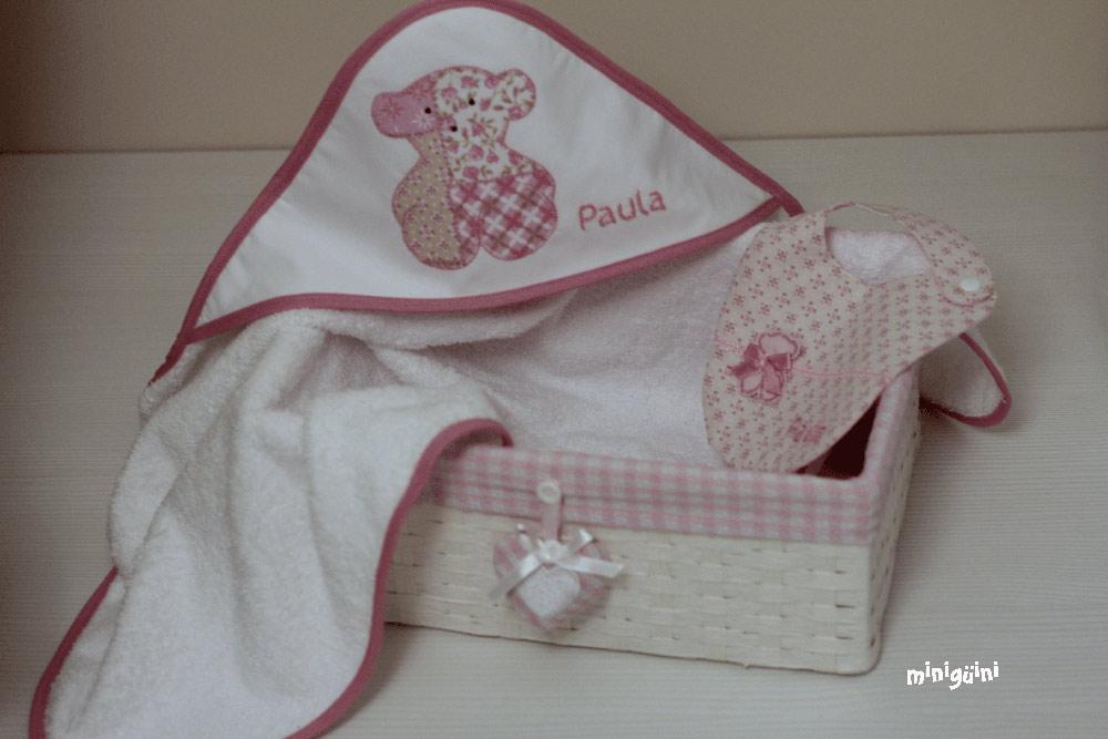 Canastilla oso rosa capa baño y babero
