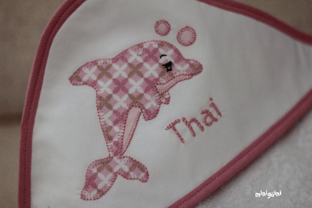 Capa baño delfín rosa detalle