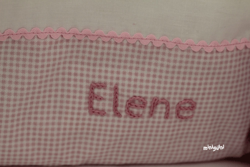 Nombre bordado en colcha bebé