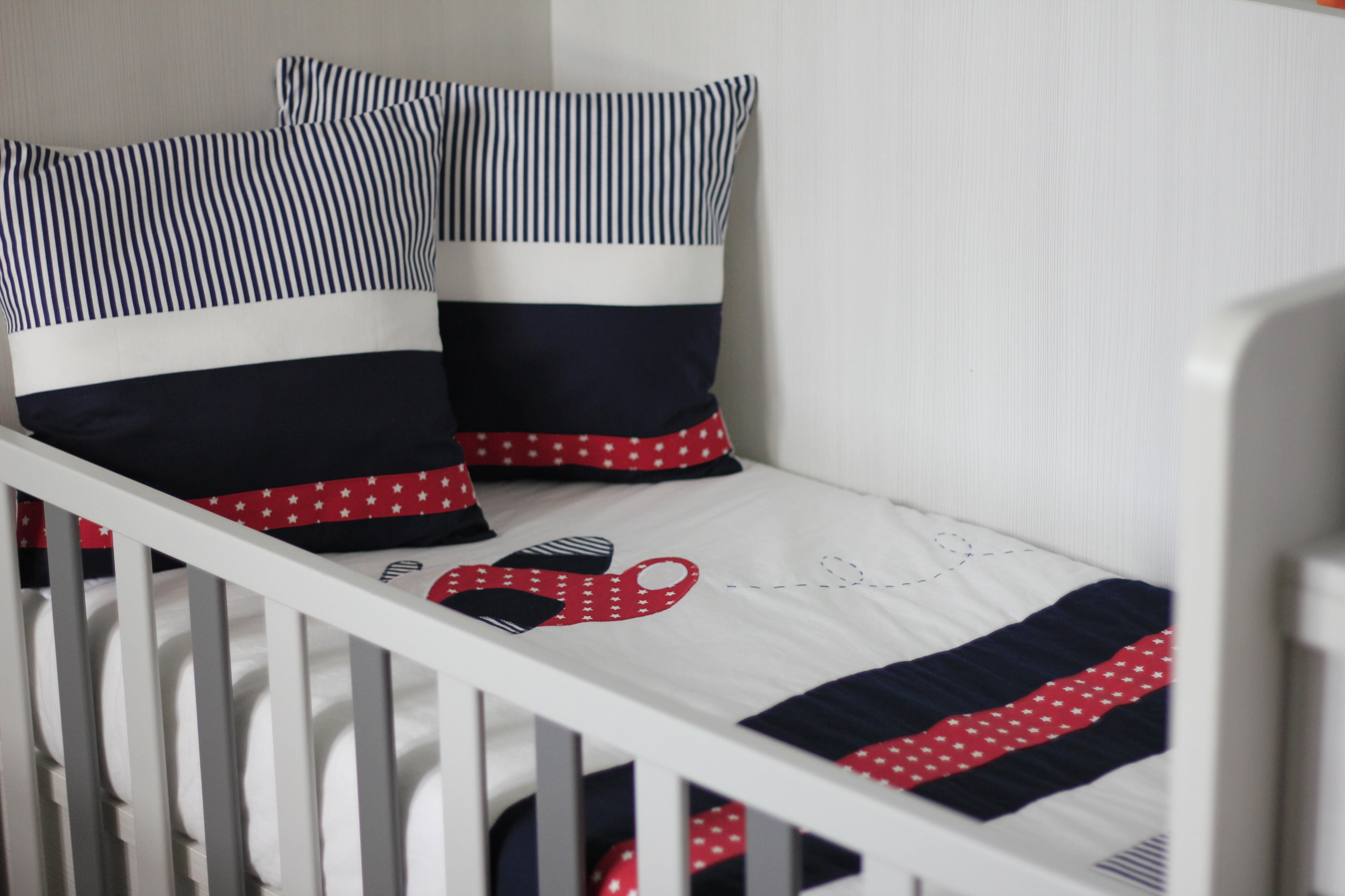 habitación infantil en rojo y azul